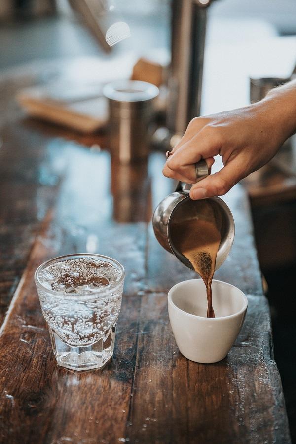 picie wody i kawy
